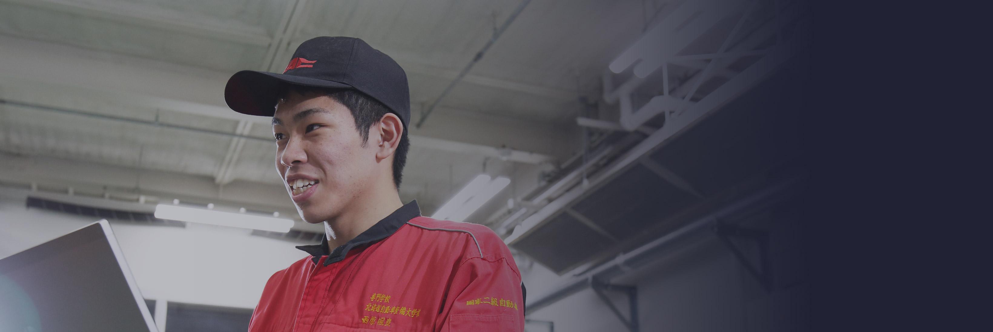 写真:自動車整備をしている様子